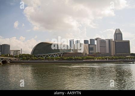 La ville de Singapour l'Asie peut à la recherche de l'autre côté de la rivière de Singapour vers Marina Square et Banque D'Images