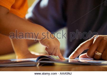 Père et fils lecture Banque D'Images