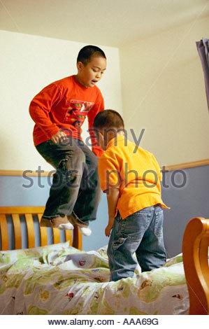 Frères africains, sautant sur le lit Banque D'Images
