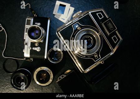 Caméras analogiques allemand classique - un 35mm Leica M3 et un 6x9 cm Bertram appuyez sur appareil photo. Banque D'Images