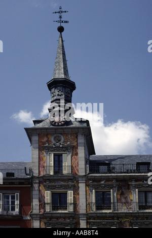 Vue verticale d'une tour d'horloge sur la Plaza Major, Madrid, Espagne Banque D'Images