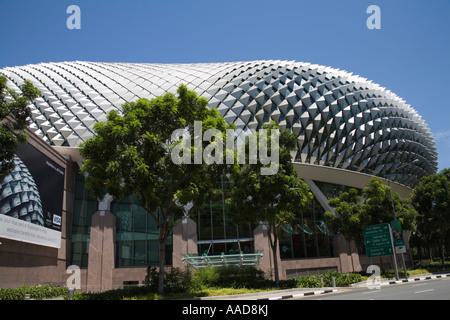 La ville de Singapour l'Asie peut à la recherche au Centre des arts de la scène magnifique bâtiment entouré d'arbres Banque D'Images