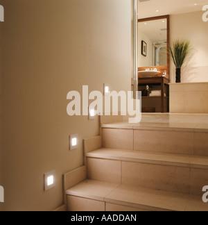 Éclairage Spot sur sol carrelé escalier pour salle de bains Banque D'Images