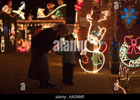 Mère et fils bénéficiant de lumières de Noël Banque D'Images