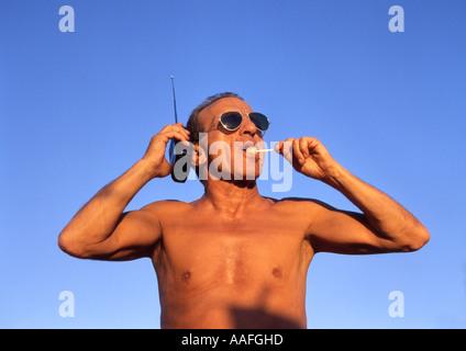 Chant senior man holding radio Banque D'Images