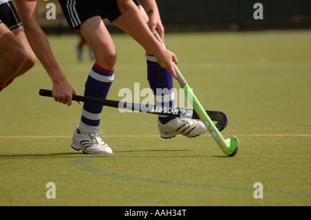 Deux hommes jouant dans un champ de hockey à l'université d'Aberystwyth au Pays de Galles ceredigion UK - un défi pour la balle sur ton plastique