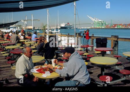 L'un des nombreux restaurants de fruits de mer le long de la voie principale dans le Port San Pedro Banque D'Images