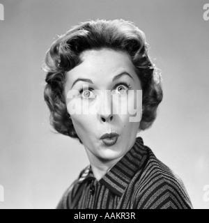 1950 WOMAN MAKING FUNNY FACE EYES WIDE lèvres pincées comme dans un baiser ou un sifflet LOOKING AT CAMERA Banque D'Images
