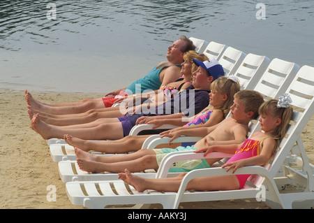 La famille des années 90, les bains de soleil près de l'eau PAS DISPONIBLE POUR LES USAGES POCONO RESORT Banque D'Images