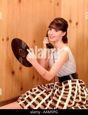 1950 TEENAGE GIRL TALKING ON TELEPHONE ET TITULAIRES D'ENREGISTREMENT LP JEU NOSTALGIE INTÉRIEURE JUPE CEINTURE Banque D'Images