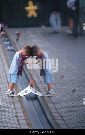 Garçon dans le Vietnam Memorial, Washington DC, USA Banque D'Images