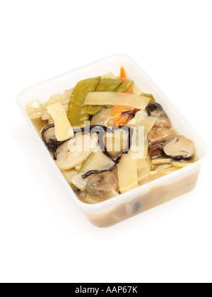 Chinois Végétarien sain des légumes Sautées Repas à emporter isolé sur un fond blanc avec aucun peuple et un chemin Banque D'Images