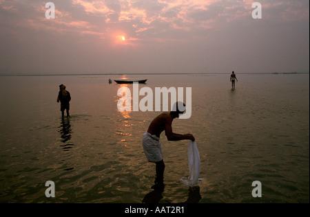 L'INDE Kumbh Mela 2001 ALORS QUE LE SOLEIL SE COUCHE SUR ALLAHABAD DE MILLIONS DE PÈLERINS CONTINUENT DE SE LAVER Banque D'Images
