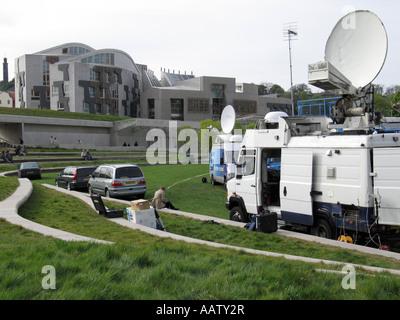 D'antennes satellitaires à côté du Parlement écossais après les élections de 2007 Banque D'Images