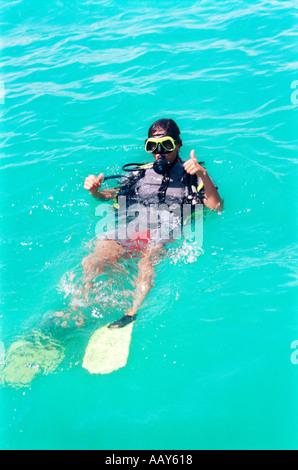 Plongeur mâle sur la surface de l'eau Banque D'Images