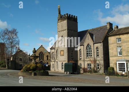 Fontaine du Jubilé et l'ancienne école de la ville de Middleham, North Yorkshire, Angleterre, Royaume-Uni. Banque D'Images
