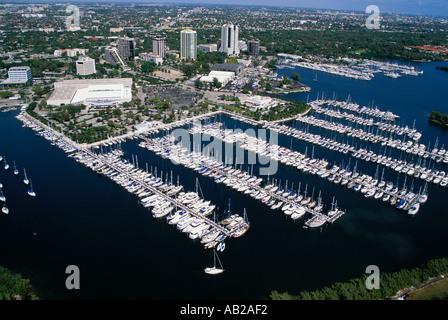 Vue aérienne d'un grand nombre d'pleasureboats ont accosté dans les piliers de Coconut Grove Marina clés dîner au Banque D'Images