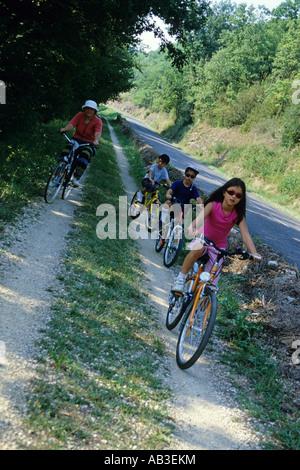 Groupe de bikers riding on mountain bikes, France Banque D'Images