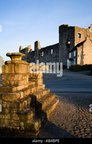 La Croix-Rouge et Château de Middleham Maison d'enfance de Richard III au nord Yorkshire Angleterre Banque D'Images