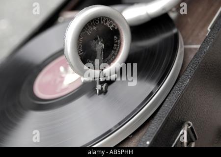 Vieux 78 tours sur un gramophone de liquidation Banque D'Images