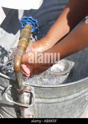 Se laver les mains dans la benne Banque D'Images