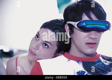 Couple à l'aide d'un casque de réalité virtuelle Banque D'Images