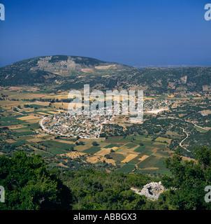 Regarder sur village du Mont Enos entouré de champs cultivés à l'île de Céphalonie Fragata Grèce îles Grecques Banque D'Images