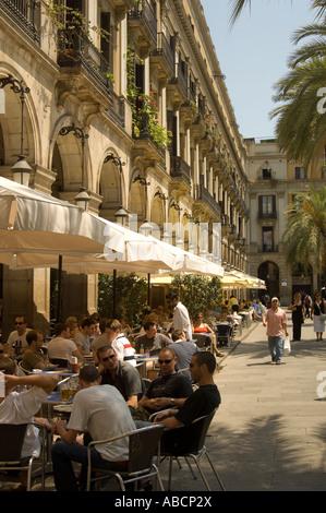 Espagne Barcelone Les touristes dans les restaurants sur la Plaça Reial également appelé Plaza Real