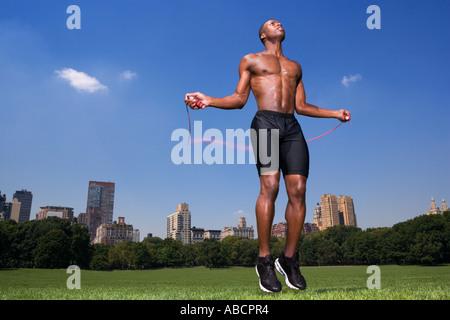 L'homme en sautant dans Central Park Banque D'Images