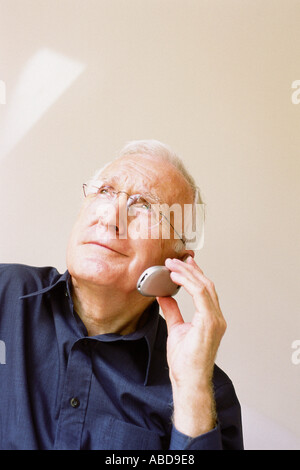 Man talking on cellphone Banque D'Images