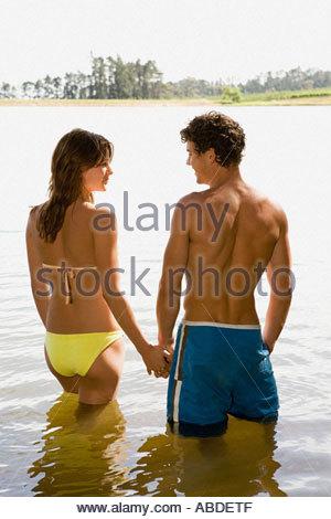 Couple de patauger dans un lac Banque D'Images