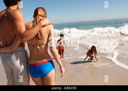 Parents des enfants jouent sur une plage Banque D'Images