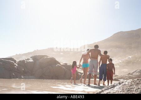 Balades en famille sur une plage Banque D'Images
