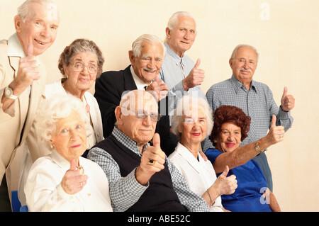 Personnes âgées giving Thumbs up sign Banque D'Images