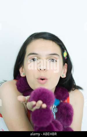 Teenage girl blowing kiss at camera, portrait Banque D'Images