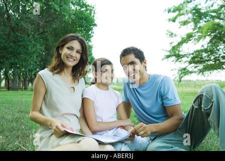 Assis à l'extérieur de la famille, lire ensemble