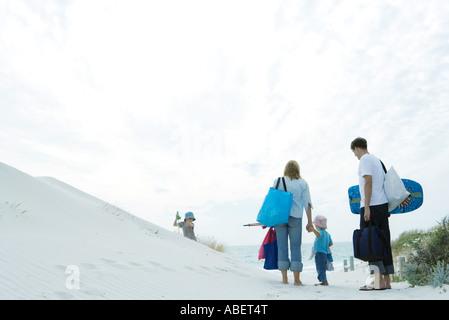 Balades en famille à travers les dunes de la plage Banque D'Images