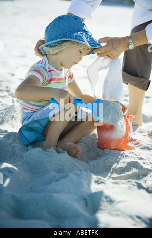 Girl playing in sand Banque D'Images