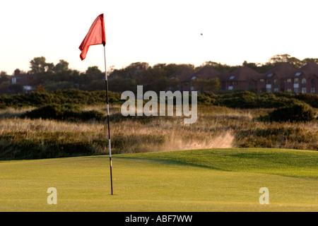 Golf Shot pris et l'atterrissage dans un bunker Banque D'Images