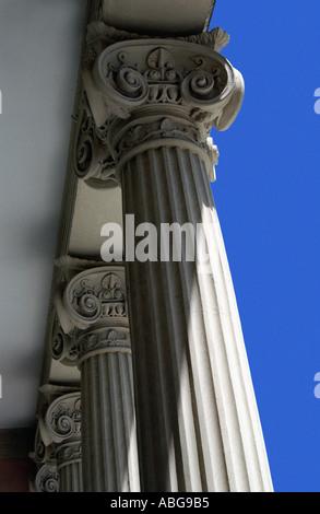 Détail colonne en pierre Palacio de Velazquez dans le parc Retiro en été Madrid Espagne Europe Banque D'Images