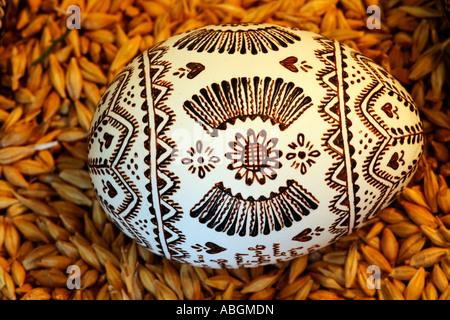 Œuf de pâques avec peint avec motif abeille avant teinture en Hesse technique batik traditionnel Banque D'Images