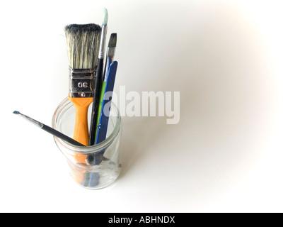Paintbrush close up dans une bouteille en verre sur un fond blanc Banque D'Images