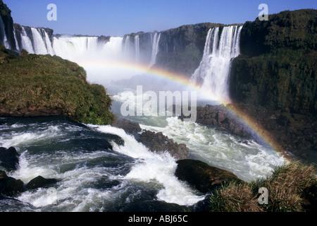 Iguassu Falls, État du Parana, Brésil. Vue aérienne des chutes avec un arc-en-ciel au-dessus d'eux. Banque D'Images