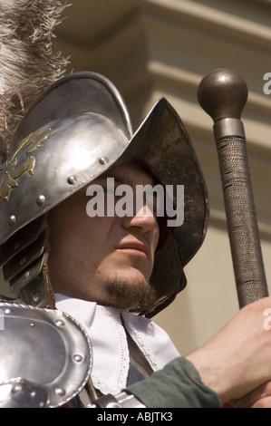 Knight guard au casque avec épée en place du marché de Swietokrzyskie Sandomierz Pologne Banque D'Images