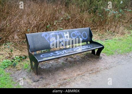 Graffiti sur un banc en métal à côté de la rivière chemin rea