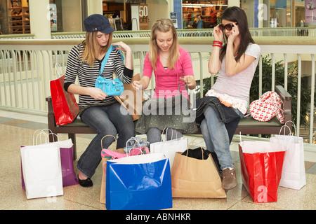 Les adolescents Shopping Banque D'Images