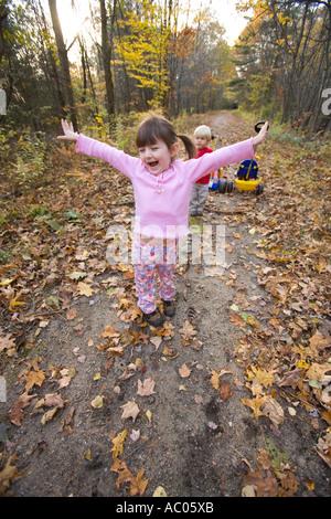 Une jeune fille de 4 ans et son frère de 2 ans jouer à Newfields rail trail à Newfields NH Automne Banque D'Images