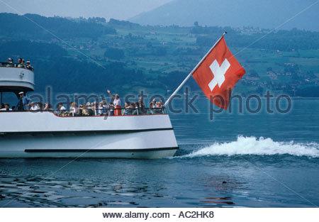 Drapeau suisse sur l'excursion en bateau sur le lac de Thoune près de Beatenbucht, dans l'Oberland Bernois, Suisse Banque D'Images
