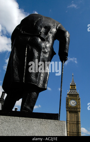 Statue de Winston Churchill face à Big Ben, London, England, UK Banque D'Images