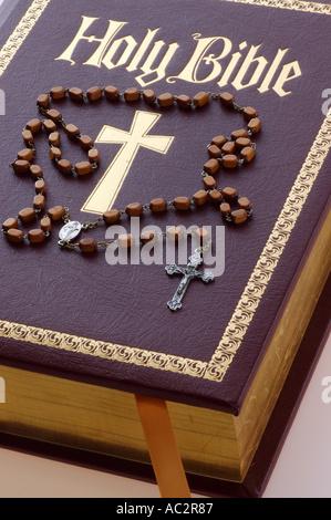 Nouvelle Sainte Bible avec croix en or et perles de prière du Rosaire